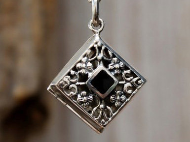 hanger doosje met zwart steentje zilver