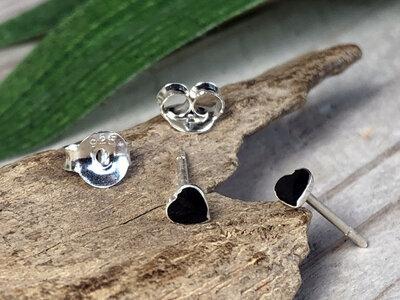 zilveren oorknopjes hartje zwart
