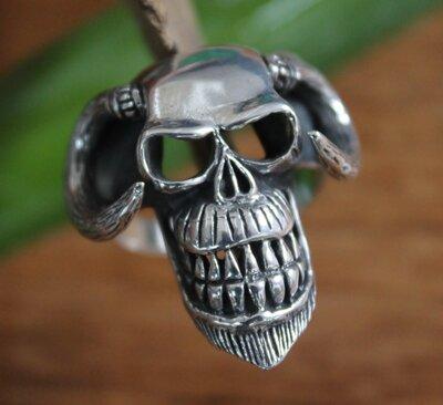 ring skull met hoorns zilver (maat 22 - 23)
