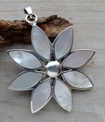 hanger bloem zilver met parelmoer