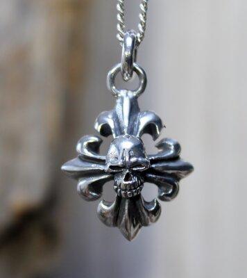 hanger kruis met skull zilver