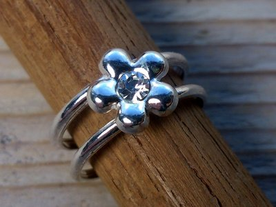 teenring zilver bloem wit (begin-maat 15mm)