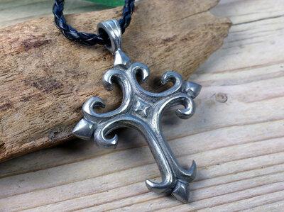 hanger kruis tin met leren veterketting