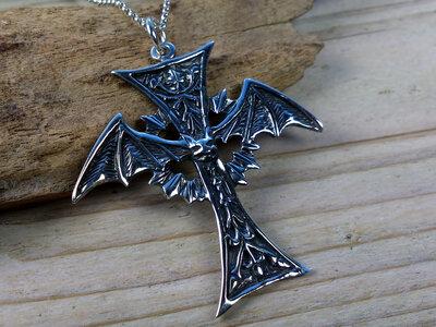 hanger kruis met vleermuis