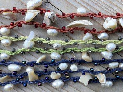 enkelbandje met schelpjes en parelkraaltjes