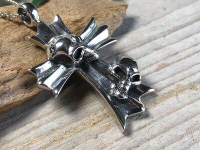 hanger kruis skulls zilver