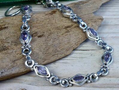 armband zilver paarse steentjes lengte 19 cm