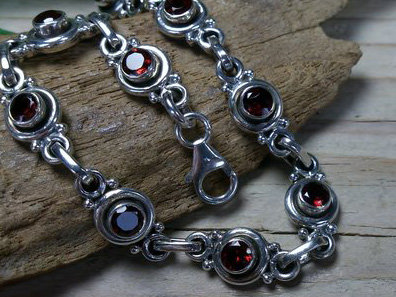 armband zilver donkerrode steentjes lengte 19 cm