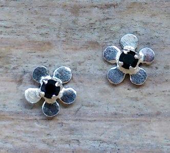 oorknopjes bloem zwart zilver