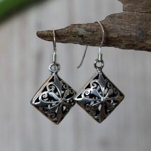 opengewerkte zilveren oorbellen vierkant